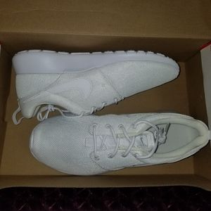 White Nike Roshe One
